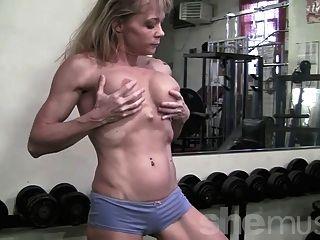 在健身房的成熟肌肉