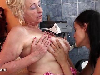 熱女孩拳頭一個成熟的女同性戀母親