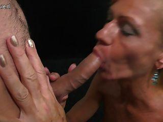 兒子舔和他媽的熱成熟不是他的媽媽