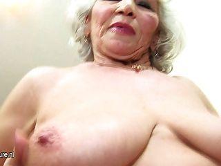 奶奶這麼老,但還是熱的