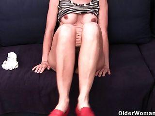 奶奶在浸泡的內褲指法毛和腫脹的unt