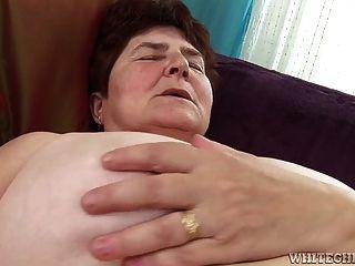 角質奶奶得到她毛茸茸的陰戶濕她舔她
