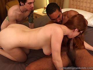 熱的紅頭髮人和她的丈夫分享一個大黑公雞
