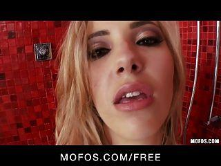 mofos熱的金發蘇菲亞騎士戲劇與她自己在陣雨