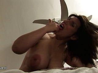 豐滿的懷孕成熟的媽媽得到她的女人濕