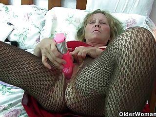 英國奶奶與大山雀給她的屁股一個治療