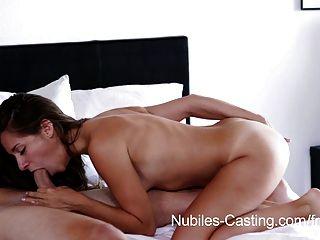 nubiles鑄造微小的山雀寶貝嘗試色情鐵桿