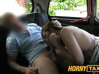 hornytaxi年輕女孩與大山雀提供口交而不是