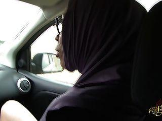 sarah abdelkhader suce son mec dans la voiture beurette旅遊