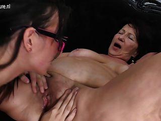 年輕的女兒性交由兩個老女同性戀者