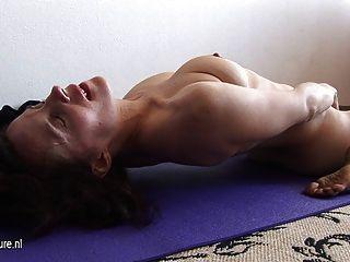 多毛的母親在哺乳前伸展