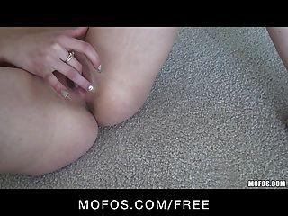性感嬌小青少年黑髮蕩婦在粉紅色內褲手指他媽的