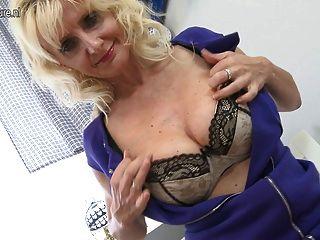 性感的金發母親玩她濕的貓