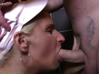 成熟的蕩婦媽媽上廁所
