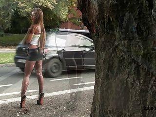 順從的妓女妓女扣上手銬的氨綸超短裙極端