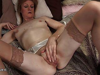 奶奶jj得到淘氣和赤裸自己