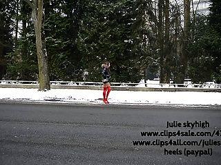 妓女在紅色overknee靴子&moncler羽絨服