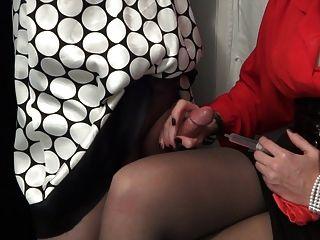 sissy被拉成一條短褲。