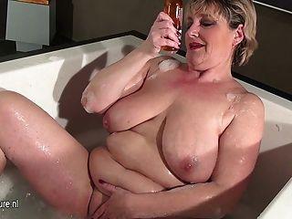 成熟的ut子母親帶著洗澡的下垂的山雀