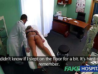 fakehospital眩暈的年輕金發女郎採取餅和開始