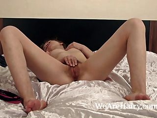ksenija在她的床上炫耀她溫暖的毛茸茸的貓