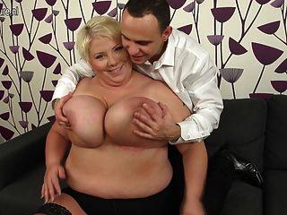 巨大的乳房成熟媽媽他媽的和吸吮她的屁股