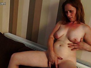 有角的主婦弄濕在她的長沙發