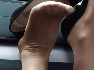 我的吉米choo高跟鞋和尼龍覆蓋的腳:upskirt