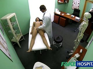 fakehospital亭亭玉立的瘦的年輕學生cums為檢查