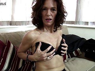 熱的瘦的老婆設置她的陰部在火