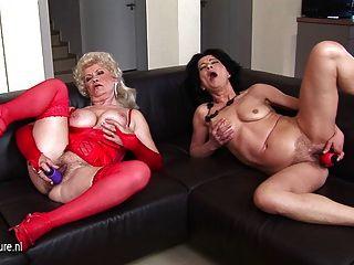 兩個臟的grannies一起手淫在長沙發