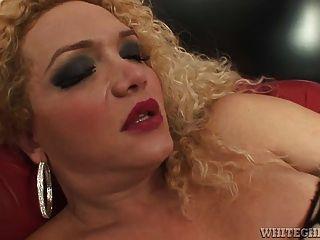 骯髒的人妖得到她的長ick舔他的屁股硬