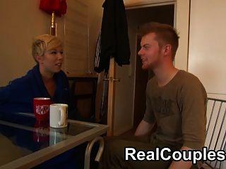 看一個真正的夫婦在相機聊天和他媽的