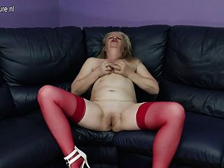 骯髒的老奶奶自慰在長沙發