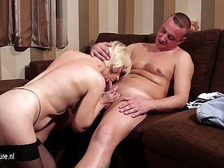 成熟的蕩婦媽媽吸吮和他媽的她的屁股