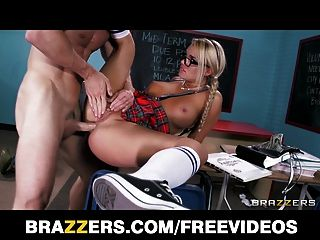 扭曲的金發女學生被打屁股和她的教授