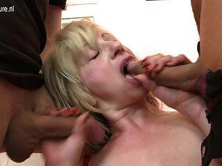 性感成熟的豐滿媽媽他媽的兩個男孩在一次