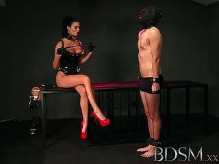 bdsm xxx奴隸男孩舔情婦從籠子地板吐