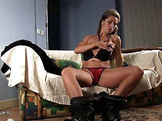 熱的歐洲milf使用與她華美的身體