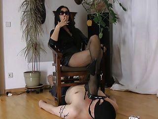 吸煙熱亞裔女主人