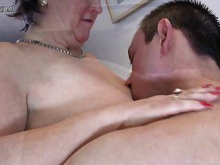 老成熟媽媽他媽的和吸吮她的年輕男孩