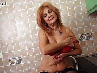 華麗的奶奶與舊但仍然熱的身體