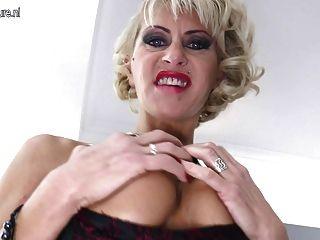 熱成熟刺穿的媽媽需要巨大的黑色假陽具