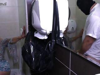 成熟變態家庭主婦在廁所上