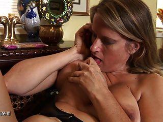 熱的美國美洲獅媽媽手淫,當談話在電話時