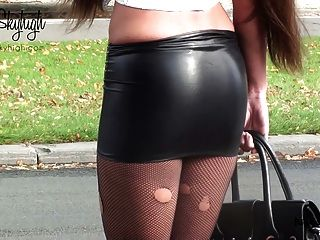 julie skyhigh妓女戴著手銬的氨綸裙子和裸體的肚子