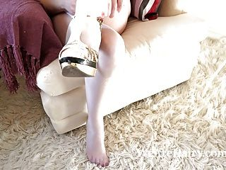 毛茸茸的女人melanie凱特脫下婚紗禮服