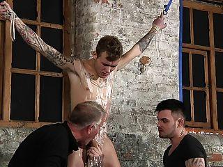 bdsm奴隸男孩綁起懲罰鞭打schwule jungs