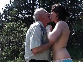 老爺爺他媽的年輕蕩婦戶外