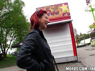 性感的紅發業餘愛好者在公園里為了一些現金